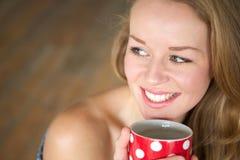 Наслаждающся чашкой чаю дома Стоковые Фото