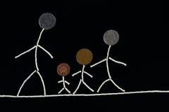 Наслаждение времени семьи внешняя качественная, счастливая молодая семья тратя время внешнее, необыкновенную концепцию Стоковые Изображения RF