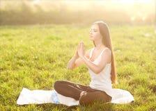 Наслаждение - свободная счастливая женщина наслаждаясь заходом солнца. стоковые изображения rf