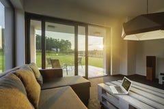 Насладитесь заходом солнца от современной живущей комнаты стоковое изображение