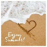 Насладитесь дизайном карточки лета Форма сердца внутри Стоковые Фото