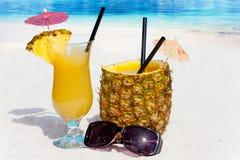 Насладитесь коктеилями ананаса на пляже Стоковое фото RF