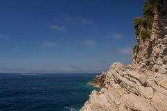 Наслоенные горы в Черногории, пышной душистой сосне, голубом море и естественной предпосылке Budva картины Стоковые Фото