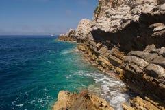 Наслоенные горы в Черногории, пышной душистой сосне, голубом море и естественной предпосылке Budva картины Стоковая Фотография