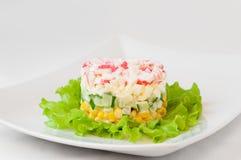 Наслоенный салат ручек краба на листьях салата Стоковые Изображения