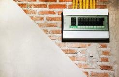 Наслоите здание стены конструкции с кирпичной стеной, цементом и электрическим стоковая фотография