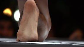 Натренированные sportive мышечные ноги muay тайского бойца Азиатский конец боксера вверх по съемке Конкуренция боевых искусств сток-видео