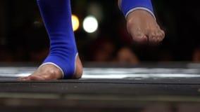 Натренированные sportive мышечные ноги muay тайского бойца Азиатский конец боксера вверх по съемке Конкуренция боевых искусств видеоматериал