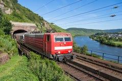 Натренируйте выходить тоннель около реки Мозел в Германию Стоковое Изображение