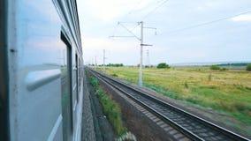 Натренируйте в движении Стрельба от окна поезда приезжает railway платформы, котор нужно натренировать бесплатная иллюстрация