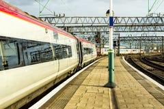 Натренируйте ждать на станции Piccadilly в Манчестере Стоковая Фотография RF