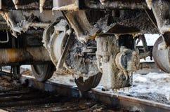 Натренируйте ржавые колеса покрытые солью озера Baskunchak, России Это пятна на железнодорожной поверхности экипажа Конец-вверх Стоковое фото RF