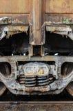 Натренируйте ржавые колеса покрытые солью озера Baskunchak, России Это пятна на железнодорожной поверхности экипажа Конец-вверх Стоковые Изображения RF