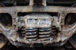 Натренируйте ржавые колеса покрытые солью озера Baskunchak, России Это пятна на железнодорожной поверхности экипажа Конец-вверх Стоковые Фото