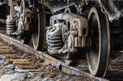 Натренируйте ржавые колеса покрытые солью озера Baskunchak, России Это пятна на железнодорожной поверхности экипажа Конец-вверх Стоковые Изображения