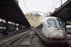 Натренируйте стоп ждать в стержне для пошлите и получите пассажира на платформе Gare de Париж-Est или Парижа Gare de l ` est стоковая фотография rf