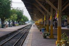 Натренируйте след, железнодорожный вокзал или платформу, станцию Lampang, Lampan Стоковая Фотография RF