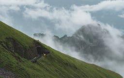 Натренируйте тоннель в швейцарской горе горной вершины, поезд следа rothorn brienzer в Швейцарии стоковые фото