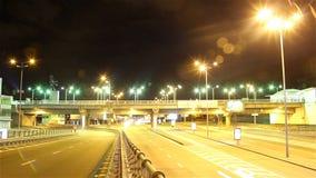 Натренируйте timelapse города ночи моста, автомобили управляйте, света посветите, красный видеоматериал