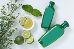 Натуральные продучты для концепции волос размер 2 зеленой пластиковой бутылки с пустым ярлыком содержит травяной шампунь бергамот стоковое фото