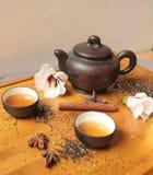 Натюрморт - бак чая и чашки чая с цветками гибискуса Стоковое фото RF