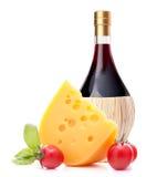 Натюрморт бутылки красного вина, сыра и томата Стоковые Изображения RF
