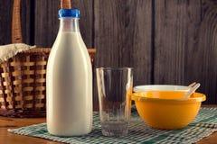 Натюрморт бутылки молока с пустым стеклом Стоковое фото RF