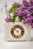 Натюрморт весны букет сиреней и часов на белой предпосылке Стоковая Фотография RF
