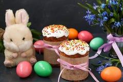 Натюрморт весны тортов пасхи, покрашенных яя и snowdrops леса стоковое изображение