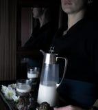 Натюрморт в малом Голландск-стиле женщина держа поднос с кувшином молока и тортов Винтаж Стоковое Фото