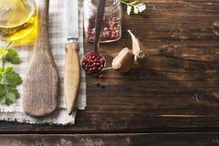 Натюрморт в старой темной деревянной предпосылке лезвий ложки кухни, винтажном ноже, душистой душице Стоковое Изображение RF