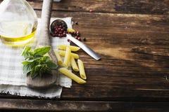 Натюрморт в старой темной деревянной предпосылке лезвий ложки кухни, винтажном ноже, душистой душице Стоковые Фото