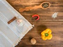Натюрморт в стиле страны на предпосылке старых древесины и скатертей Расположение соли, перца, паприки, чеснока Стоковое Фото