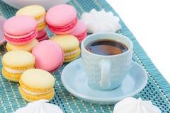 Натюрморт голубых кофейной чашки, печений macaroon и зефиров Стоковые Фотографии RF