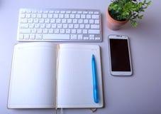 Натюрморт дела рабочего места пустая пустая тетрадь, мобильный телефон ПК таблетки компьтер-книжки, ручка Стоковое Изображение