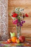 Натюрморт лета с цветками и плодоовощами стоковая фотография