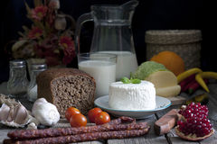 Натюрморт еды на досках год сбора винограда старых ретро деревянных Стоковые Изображения RF