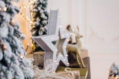 Натюрморт зимы с украшениями рождества забавляется олени, звезда и подарочные коробки на светлой предпосылке мягкий запачканный ф стоковые изображения rf