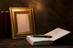 натюрморт картинной рамки на таблице с книгой дневника Стоковые Изображения RF
