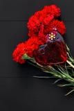 Натюрморт красных гвоздик и handmade сердца Стоковое Фото