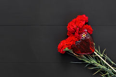Натюрморт красных гвоздик и handmade сердца Стоковые Фотографии RF