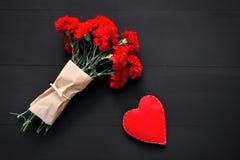 Натюрморт красных гвоздик и handmade сердца Стоковые Изображения RF