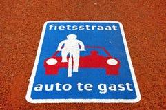 Натюрморт красочного дорожного знака на красном асфальте Стоковое Изображение RF