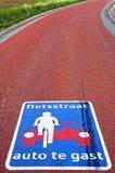 Натюрморт красочного дорожного знака на красном асфальте Стоковая Фотография RF