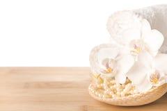 Натюрморт курорта белых цветка, полотенца и раковины орхидеи Стоковая Фотография