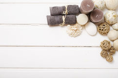 Натюрморт курорта - мыло и полотенца на деревянной предпосылке Стоковое Изображение