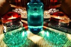 Натюрморт курорта с мылом, солью для принятия ванны, сливк, полотенцем, свечами Стоковые Фотографии RF
