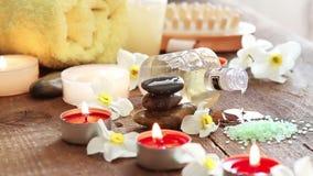 Натюрморт курорта утесов, соли для принятия ванны, масла массажа и цветков сток-видео