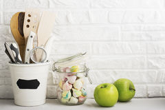 Натюрморт кухни на белой предпосылке кирпичной стены: различные разделочные доски, инструменты, зеленые цвета для варить, свежие  Стоковое Изображение