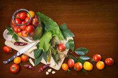 Натюрморт кухни объектов варя замаринованные томаты Стоковые Изображения